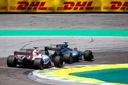Lewis Hamilton, Mercedes AMG F1 W08, passeert Sergio Perez, Sahara Force India F1 VJM10