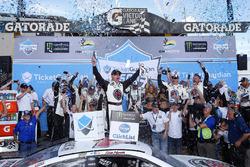Победитель гонки Кевин Харвик, Stewart-Haas Racing Ford Fusion