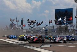 Robert Wickens, Schmidt Peterson Motorsports Honda, Will Power, Team Penske Chevrolet lead at the st