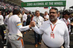Shaikh Abdulla Bin Isa Al-Khalifa, du conseil du sport automobile de la FIA, et Fernando Alonso, McLaren