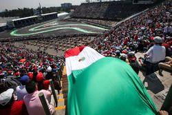Sergio Pérez, Sahara Force India VJM10 y la bandera de México en la tribuna