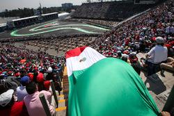 Sergio Perez, Sahara Force India VJM10 et le drapeau mexicain dans les tribunes