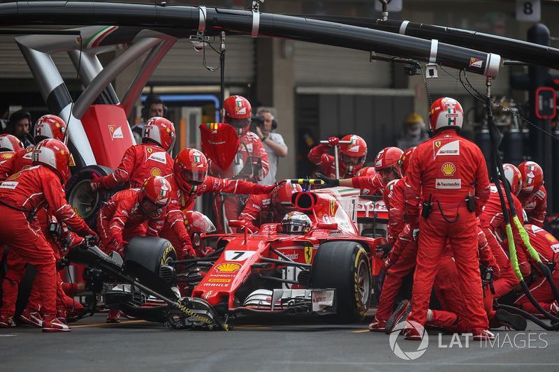 Kimi Raikkonen, Ferrari SF70H, pitstop