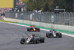 Kevin Magnussen, Haas F1 Team VF-17, Romain Grosjean, Haas F1 Team VF-17, Daniel Ricciardo, Red Bull Racing RB13
