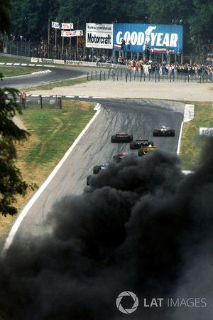Alors que les leaders approchent de Rettifilo au départ, de la fumée noire s'élève dans le ciel après un accident impliquant plusieurs voitures