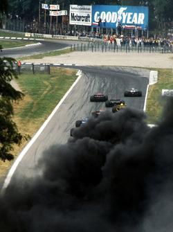 Los piloto delanteros a la chicane Rettifilo al comienzo de la carrera, un denso humo negro oscurece el circuito por un accidente múltiple diezma mucho el campo