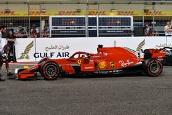 Il poleman Sebastian Vettel, Ferrari SF71H nel parco chiuso