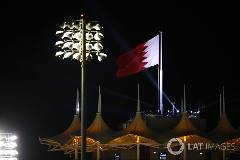 Bandera de Bahrein bajo los reflectores