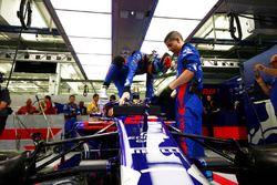 Brendon Hartley, Toro Rosso STR13 Honda, si cala nella sua monoposto