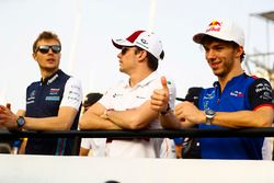 Sergey Sirotkin, Williams Racing, Charles Leclerc, Sauber, e Pierre Gasly, Toro Rosso, nella drivers parade