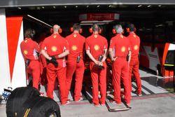 I meccanici Ferrari coprono il garage