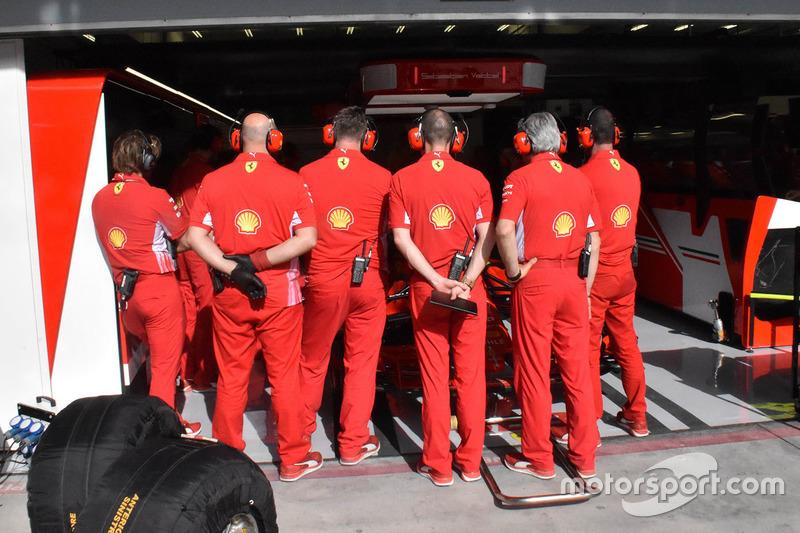 Mekanik Ferrari berbaris di depan garasi