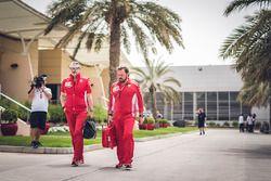 Maurizio Arrivabene, director del equipo Ferrari y Gino Rosato, Ferrari