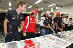Jenson Button, McLaren, Fernando Alonso, Ferrari, Michael Schumacher, Mercedes GP, Sebastian Vettel, Red Bull Racing and Lewis Hamilton, McLaren firmano dei poster per beneficenza