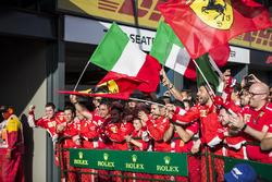 L'équipe Ferrari fête sa victoire dans le Parc Fermé