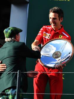 Inaki Rueda, stratège de Ferrari fête la victoire avec le trophée sur le podium