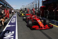Sebastian Vettel, Ferrari SF71H, devant Carlos Sainz Jr., Renault Sport F1 Team R.S. 18. dans les stands