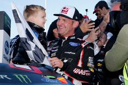 Clint Bowyer, Stewart-Haas Racing, Ford Fusion Haas Automation Demo Day celebra su victoria