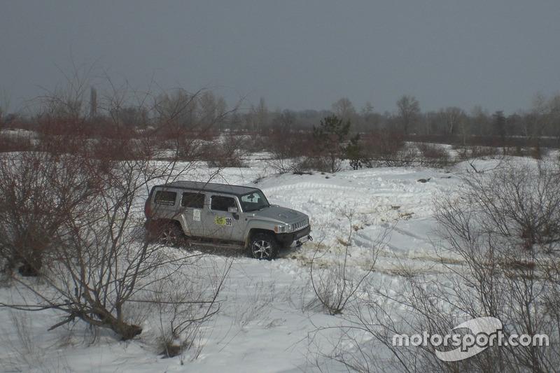 Дмитро Безгодков з Григорієм Гладченко на ще покритій снігом косі