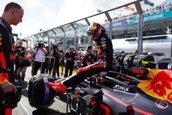 Max Verstappen, Red Bull Racing RB14 Tag Heuer, stapt uit
