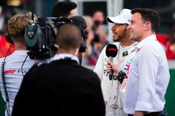 Le poleman Lewis Hamilton, Mercedes-AMG F1 avec Will Buxton dans le parc fermé
