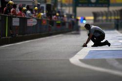 Un technicien Pirelli dans les stands