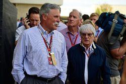 Chase Carey, Formula One presidente del grupo y Bernie Ecclestone
