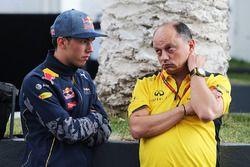 Pierre Gasly, Red Bull Racing tercer piloto Frederic Vasseur, Renault Sport F1 Team Racing Director