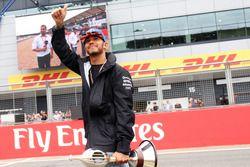 Lewis Hamilton, Mercedes AMG F1 presenta con el trofeo Hawthorn