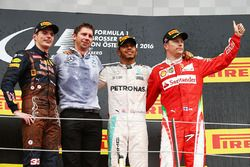 Podium: juara lomba Lewis Hamilton, Mercedes AMG F1, peringkat kedua Max Verstappen, Red Bull Racing