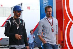 Lewis Hamilton, Mercedes AMG F1 con Alex Wurz, Williams Mentor de pilotos / Presidente de la GPDA
