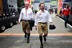 Dr. Helmut Marko et Jonathan Wheatley, manager Red Bull Racing portent le lederhosen
