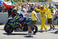 Победитель - Валентино Росси, Yamaha Factory Racing с фанатами
