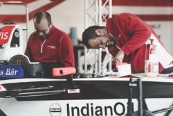 Mahindra Racing mecánico en el trabajo
