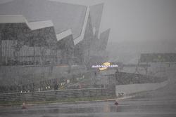 La neige s'abat sur Silverstone lors des Essais Libres