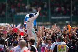 El ganador, Lewis Hamilton, Mercedes AMG F1 celebra con los fans