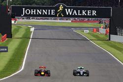 Max Verstappen, Red Bull Racing RB12, et Nico Rosberg, Mercedes AMG F1 W07 Hybrid, en bagarre