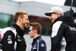 Jenson Button, McLaren, et Nico Hülkenberg, Sahara Force India F1, durant la parade des pilotes