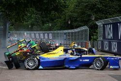 Lucas di Grassi, ABT Schaeffler Audi Sport, et Sébastien Buemi, Renault e.Dams, s'accrochent au premier virage