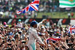 Winnaar Lewis Hamilton, Mercedes AMG F1 viert met zijn fans