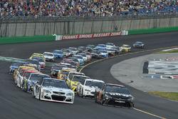 Kevin Harvick, Stewart-Haas Racing Chevrolet, Martin Truex Jr., Furniture Row Racing Toyota están en