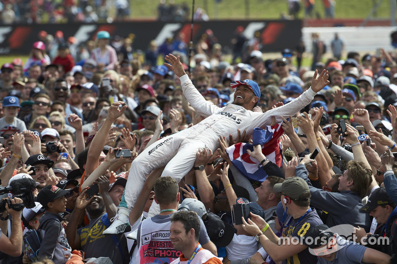 Lewis Hamilton, Mercedes AMG F1 celebrate with fans