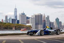 Mobil Formula E dengan latar belakang New York City