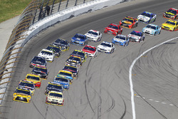 Restart: Matt Kenseth, Joe Gibbs Racing Toyota, Kevin Harvick, Stewart-Haas Racing Chevrolet lead