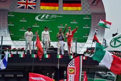 Podium (L naar R): tweede plaats Lewis Hamilton, Mercedes AMG F1; Racewinnaar Nico Rosberg, Mercedes