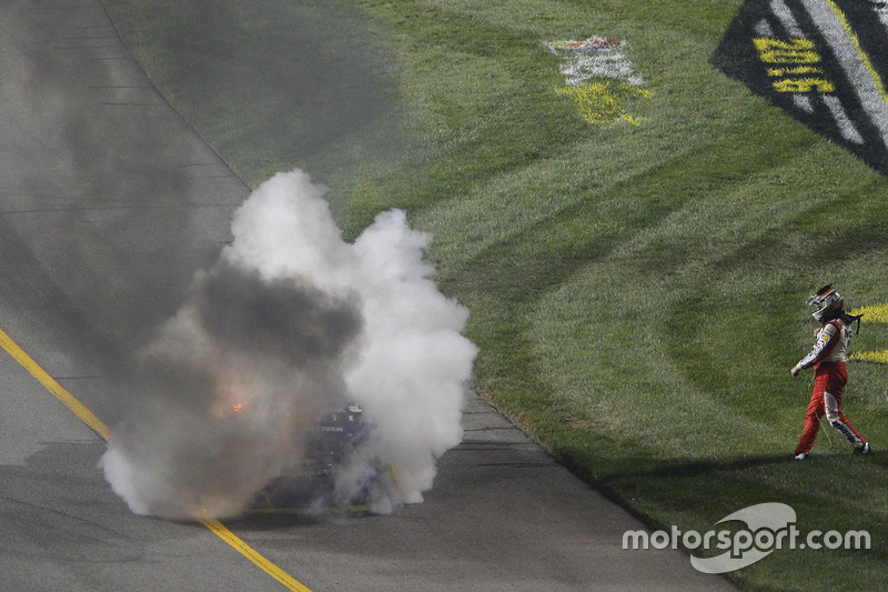 Tony Stewart, Stewart-Haas Racing se aleja caminando de su coche después de su accidente