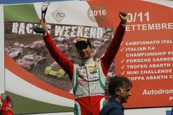Podio: il vincitore della gara Juan Manuel Correa, Prema Powerteam