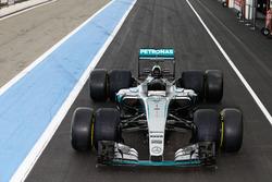 Mercedes AMG F1 W06 Hybrid avec des pneus Pirelli 2017 et 2016