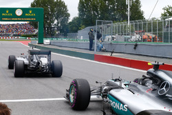 Nico Rosberg, Mercedes AMG F1 W07 Hybrid et Lewis Hamilton, Mercedes AMG F1 W07 Hybrid à la sortie des stands