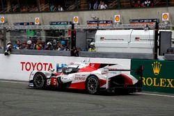 #5 Toyota Racing Toyota TS050 Hybrid: Anthony Davidson, Sébastien Buemi, Kazuki Nakajima stopped on